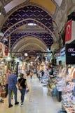 Folk som shoppar i den storslagna basaren i Istanbul Royaltyfria Bilder