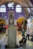 Folk som shoppar i den storslagna basaren i Istanbul Arkivfoto