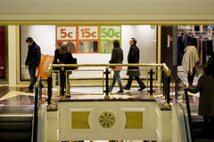 Folk som shoppar i en galleria Royaltyfri Fotografi