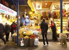 Folk som shoppar i kryddabasaren Royaltyfri Bild