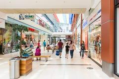 Folk som shoppar i lyxig galleria Arkivbilder