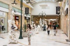 Folk som shoppar i lyxig shoppinggalleria Arkivfoto