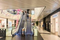 Folk som shoppar i lyxig shoppinggalleria Royaltyfri Fotografi
