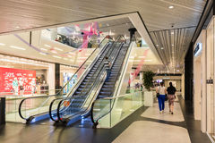 Folk som shoppar i lyxig shoppinggalleria Royaltyfria Bilder