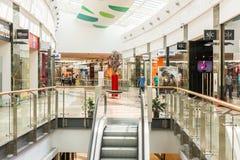 Folk som shoppar i lyxig shoppinggalleria Arkivbilder