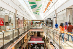Folk som shoppar i lyxig shoppinggalleria Royaltyfri Foto