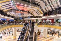 Folk som shoppar i lyxig shoppinggalleria Royaltyfri Bild