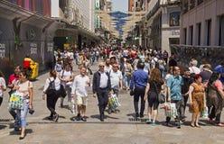Folk som shoppar i Madrid, Spanien royaltyfria foton