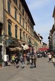 Folk som shoppar i Pisa, Italien royaltyfri fotografi