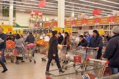 Folk som shoppar i supermarketlager Royaltyfri Bild