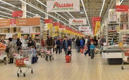 Folk som shoppar i supermarketlager Royaltyfri Fotografi