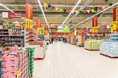 Folk som shoppar i supermarketlagergång Royaltyfri Bild