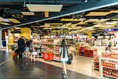 Folk som shoppar i tullfritt lager av Wien den internationella flygplatsen Arkivbild