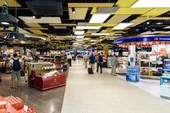 Folk som shoppar i tullfritt lager av Wien den internationella flygplatsen Royaltyfria Bilder