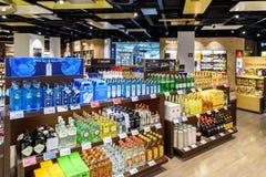 Folk som shoppar i tullfritt lager av Wien den internationella flygplatsen Royaltyfri Bild