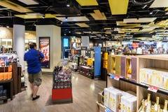 Folk som shoppar i tullfritt lager av Wien den internationella flygplatsen Royaltyfri Fotografi