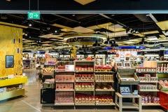Folk som shoppar i tullfritt lager av Wien den internationella flygplatsen Royaltyfri Foto