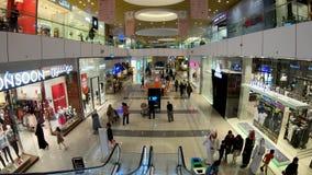 Folk som shoppar inom shoppinggallerian för Doha festivalstad, Doha, Qatar arkivfilmer