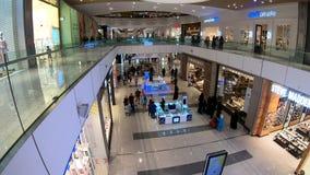 Folk som shoppar inom shoppinggallerian för Doha festivalstad, Doha, Qatar lager videofilmer