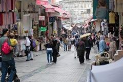 Folk som shoppar nära den storslagna basaren i Istanbul Fotografering för Bildbyråer