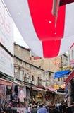 Folk som shoppar nära den storslagna basaren i Istanbul Royaltyfria Foton