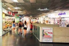 Folk som shoppar på att gå på diversehandeln av gallerian Fotografering för Bildbyråer