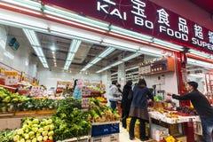 Folk som shoppar på den Hong Kong stadsgatan Arkivbild