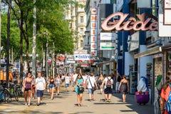 Folk som shoppar på den Mariahilferstrasse shoppinggatan av Wien Arkivfoton