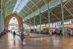 Folk som shoppar på den Mercado kolonsaluhallen i Valencia Arkivfoton