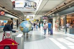 Folk som shoppar på den Schiphol plazaen Royaltyfria Bilder