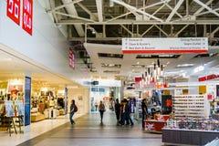 Folk som shoppar på den stora gallerian, Milpitas Fotografering för Bildbyråer