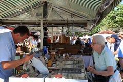 Folk som shoppar på det berömt av den antika marknaden Cours Saleya, N Royaltyfri Fotografi