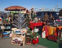 Folk som shoppar på en loppmarknad för jul Royaltyfria Bilder