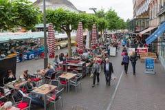 Folk som shoppar på en marknad av Zwolle i Nederländerna Royaltyfria Foton