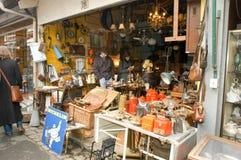Folk som shoppar på loppmarknaden av Clignancourt på Paris arkivbilder