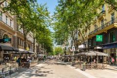 Folk som shoppar på Mariahilferstrasse i Wien Arkivfoto