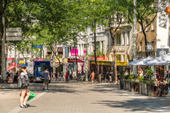 Folk som shoppar på Mariahilferstrasse i Wien Royaltyfri Bild