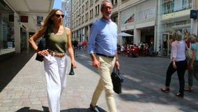 Folk som shoppar på Rue de la Marne i Nantes arkivfilmer