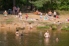 Folk som simmar och kopplar av på stranden Royaltyfri Fotografi