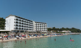 Folk som simmar på en idyllisk strand, Chalkidiki, Grekland Arkivfoton