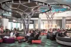 Folk som sitter i den väntande zonen för ny internationell Istanbul flygplats royaltyfri foto