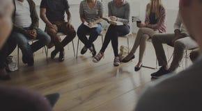 Folk som sitter i en cirkelrådgivning Royaltyfria Bilder