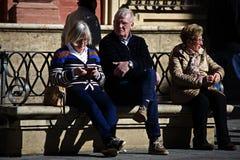 Folk som sitter i solen 18 Arkivbilder