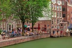 Folk som sitter i utomhus- restaurang i Amsterdam Royaltyfri Foto