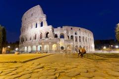 Folk som sitter nära Colosseumen i Rome Royaltyfria Bilder