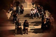 Folk som sitter och kopplar av i gatorna av Seville 72 royaltyfri bild