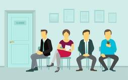Folk som sitter och väntar i ködörren till kontoret Arkivfoton