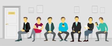 Folk som sitter och väntar i ködörren till kontoret Rekryteringaffärsrollbesättning Arkivbild