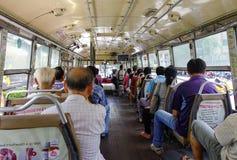 Folk som sitter på den lokala bussen i Bangkok, Thailand Arkivfoton