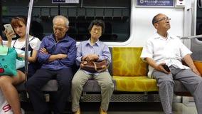 Folk som sitter på drevet i Seoul, Korea stock video
